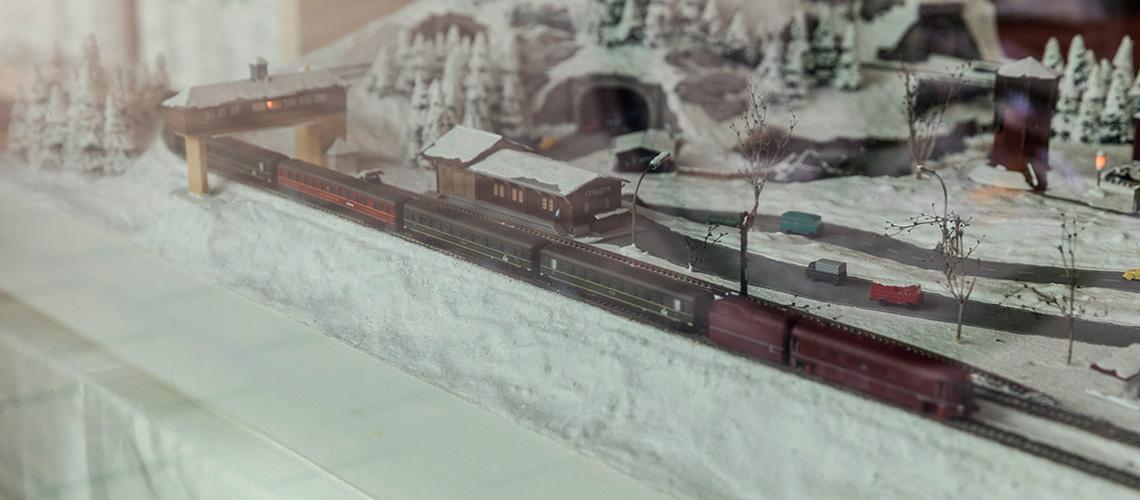 Die Eisenbahn fährt nur im Winter, von Ende November bis Ende Februar. In dieser Zeit gibt es auch mehr Bilder von der Eisenbahn.