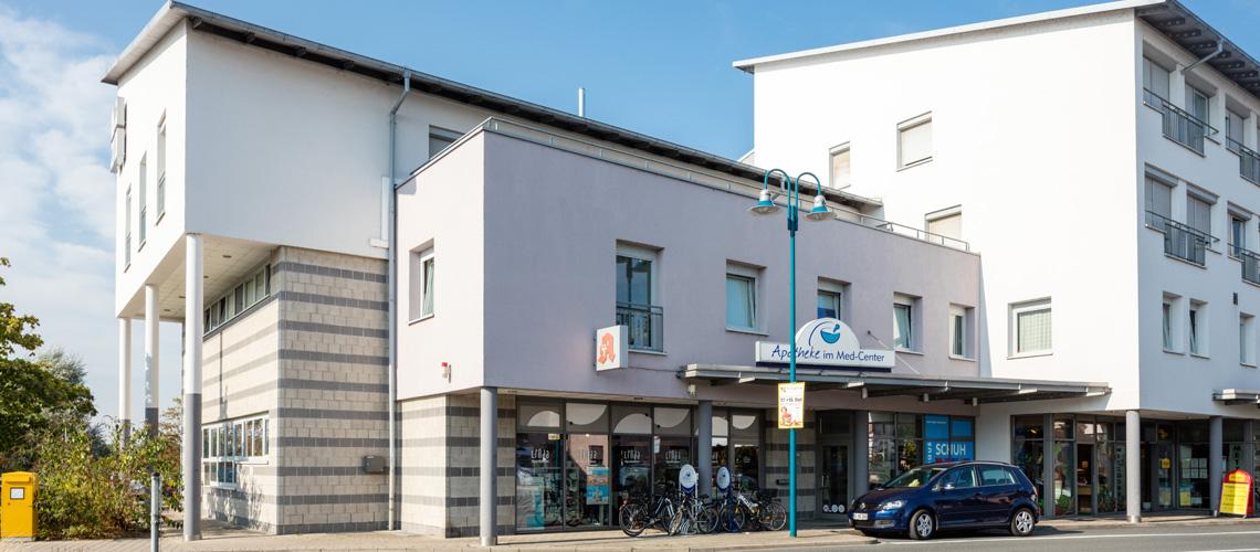 Unsere Apotheke befindet sich im MED-Center. Hier sehen Sie den Eingang der Apotheke von der Straßenseite. Das MED-Center versteht sich als integriertes Konzept von Praxen, Apotheke und medizinischen Einrichtungen.